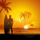 Mężczyzna pozycja z kipieli deską na morze plaży Obrazy Royalty Free