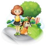 Młoda dziewczyna z psem wzdłuż ulicy Obrazy Royalty Free