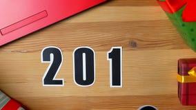 Ilustracja, nowy rok, męska ręka stawiająca dalej stół na 2018 dacie, zmieniającej na 2019