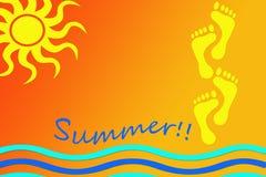 Ilustracja o lato czasie z wizerunkiem słońce, fale i odciski stopi na ciepłym tle w brzmieniach, pomarańcze i koloru żółtego ilustracja wektor