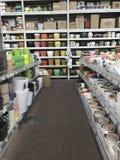 ilustracji sklepu smellcomp kwiat Jaskrawych kwiatów i zielonych rośliien stojak pakował w garnkach na półkach i tacach w sklepie Fotografia Stock