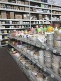 ilustracji sklepu smellcomp kwiat Jaskrawych kwiatów i zielonych rośliien stojak pakował w garnkach na półkach i tacach w sklepie Zdjęcie Stock