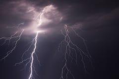 ilustracyjny błyskawicowy nocne niebo fotografia stock