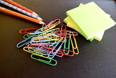 ilustracyjny biura szkoły dostaw wektor Kolorowi ołówki, Odizolowywający na czarnym tle Obrazy Stock