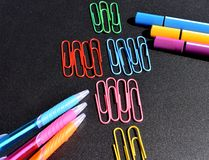 ilustracyjny biura szkoły dostaw wektor Kolorowi ołówki, Odizolowywający na czarnym tle Obrazy Royalty Free