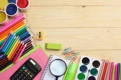 ilustracyjny biura szkoły dostaw wektor Szkolny tło barwioni ołówki, pióro, bóle, papier dla szkolnej i studenckiej edukaci Fotografia Stock