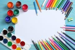 ilustracyjny biura szkoły dostaw wektor Szkolny tło barwioni ołówki, pióro, bóle, papier dla szkolnej i studenckiej edukaci Obrazy Royalty Free