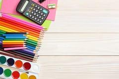 ilustracyjny biura szkoły dostaw wektor Szkolny tło barwioni ołówki, pióro, bóle, papier dla szkolnej i studenckiej edukaci Zdjęcia Stock