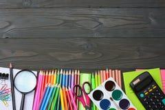 ilustracyjny biura szkoły dostaw wektor Szkolny tło barwioni ołówki, pióro, bóle, papier dla szkolnej i studenckiej edukaci Zdjęcia Royalty Free