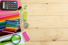 ilustracyjny biura szkoły dostaw wektor Szkolny tło barwioni ołówki, pióro, bóle, papier dla szkolnej i studenckiej edukaci Zdjęcie Royalty Free