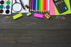 ilustracyjny biura szkoły dostaw wektor Szkolny tło barwioni ołówki, pióro, bóle, papier dla szkolnej i studenckiej edukaci Zdjęcie Stock