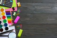 ilustracyjny biura szkoły dostaw wektor Szkolny tło barwioni ołówki, pióro, bóle, papier dla szkolnej i studenckiej edukaci Fotografia Royalty Free