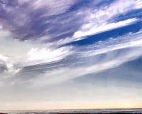 Ilustracyjny szaroniebieski niebo, podeszczowe chmury, piękne chmury, denny niebo royalty ilustracja