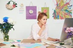 Ilustrador joven en el trabajo Fotos de archivo libres de regalías