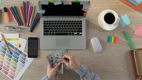 Ilustrador que conta o salário, freelancer bem sucedido que guarda dólares nas mãos filme