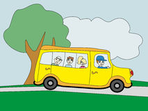 Ilustração de um ônibus escolar que dirige à escola com crianças Fotos de Stock Royalty Free