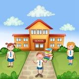 Ilustration do prédio da escola com crianças felizes Fotos de Stock