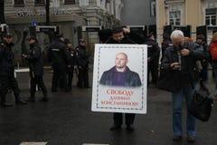 Ilya Konstantinov pone un cartel en apoyo de Imagen de archivo libre de regalías