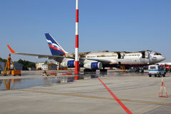Ilyushin IL-96-300 a attrapé le feu tout en se tenant à l'aéroport international de Sheremetyevo, région de Moscou, Russie Photo libre de droits