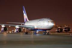 Ilyushin IL-96-300, das an internationalem Flughafen Sheremetyevo steht Lizenzfreie Stockfotos