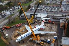 Ilyushin IL-62M RA-86492 mettant sur un socle avec des kranes à l'aéroport international de Sheremetyevo Photos libres de droits