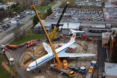 Ilyushin IL-62M RA-86492 setzend auf einen Sockel mit kranes an internationalem Flughafen Sheremetyevo Lizenzfreie Stockfotos