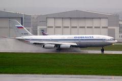 Ilyushin IL-86 RA-86124 av Donavia flygbolag som vänder om på Sheremetyevo den internationella flygplatsen Royaltyfri Foto