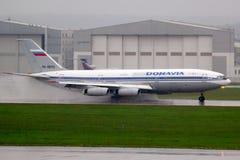 Ilyushin IL-86 RA-86124 des lignes aériennes de Donavia s'inversant à l'aéroport international de Sheremetyevo Photo libre de droits