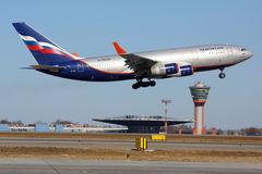 Ilyushin IL-96-300 tournant à l'aéroport international de Sheremetyevo Photos stock