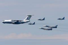 Ilyushin IL-78, Yakovlev Yak-130, Sukhoi SU-24M av ryskt flygvapen under Victory Day ståtar Royaltyfria Foton