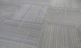 Imágenes acabadas del final de la alfombra con el modelo y capturadas en mismo primer en un moscatel Omán del edificio de oficina fotografía de archivo libre de regalías