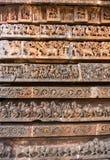 Imágenes antiguas en las paredes Tallas en el templo hindú de Hoysaleshwara Fotos de archivo libres de regalías
