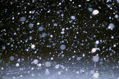 Imágenes blancos y negros en la noche de las primeras nevadas en mi calle Foto de archivo