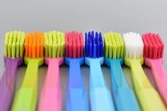 Imágenes comunes de los cepillos de dientes multicolores Fotografía de archivo