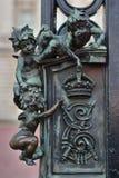 Imágenes de ángeles como decoración en la cerradura de la puerta del Buckingham Palace en Londres fotografía de archivo libre de regalías