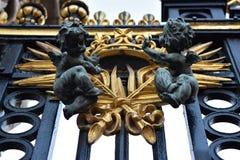 Imágenes de ángeles como decoración en la puerta de un palacio en Londres fotos de archivo