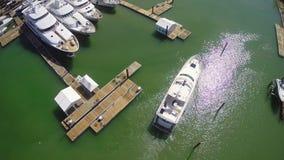Imágenes de vídeo aéreas del yate almacen de metraje de vídeo