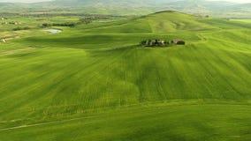 Imágenes de vídeo aéreas de Toscana con el abejón sobre campos verdes