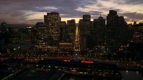Imágenes de vídeo agradables con la cámara antedicha del vuelo de la ciudad almacen de metraje de vídeo