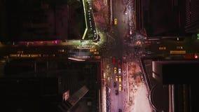 Imágenes de vídeo agradables con sobre la cámara del vuelo de la ciudad almacen de video