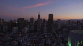 Imágenes de vídeo del vuelo de la cámara sobre la ciudad en salida del sol almacen de metraje de vídeo