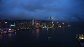 Imágenes de vídeo del vuelo de la cámara sobre la ciudad y la carretera almacen de video