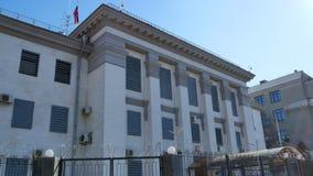 Imágenes de vídeo panorámicas verticales del edificio de la embajada de la Federación Rusa en Kiev con las ventanas cerradas metrajes