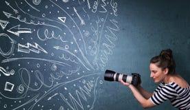 Imágenes del tiroteo del fotógrafo mientras que la mano enérgica dibujada alinea Imágenes de archivo libres de regalías