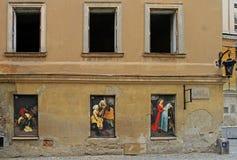 Imágenes en portales de las ventanas del edificio Fotografía de archivo