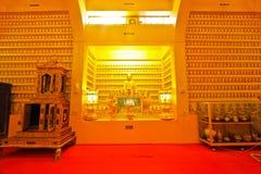 Imágenes enormemente pequeñas de Buda dentro de la iglesia budista Foto de archivo libre de regalías