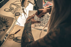 Imágenes inusuales del dibujo femenino en el escritorio Fotos de archivo