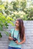Imágenes que toman adolescentes de la cámara retra Fotografía de archivo libre de regalías