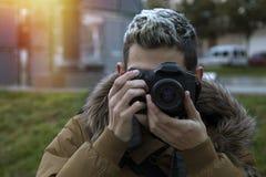 Imágenes que toman adolescentes del muchacho con la cámara Fotos de archivo libres de regalías