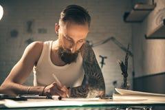 Imágenes serias del dibujo del hombre en el escritorio Fotos de archivo libres de regalías